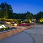 Le jardin paysager par une belle soirée d'été.