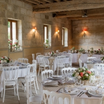 La salle de réception prête pour un mariage