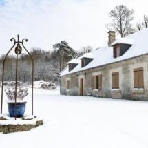 La maison basse sous la neige